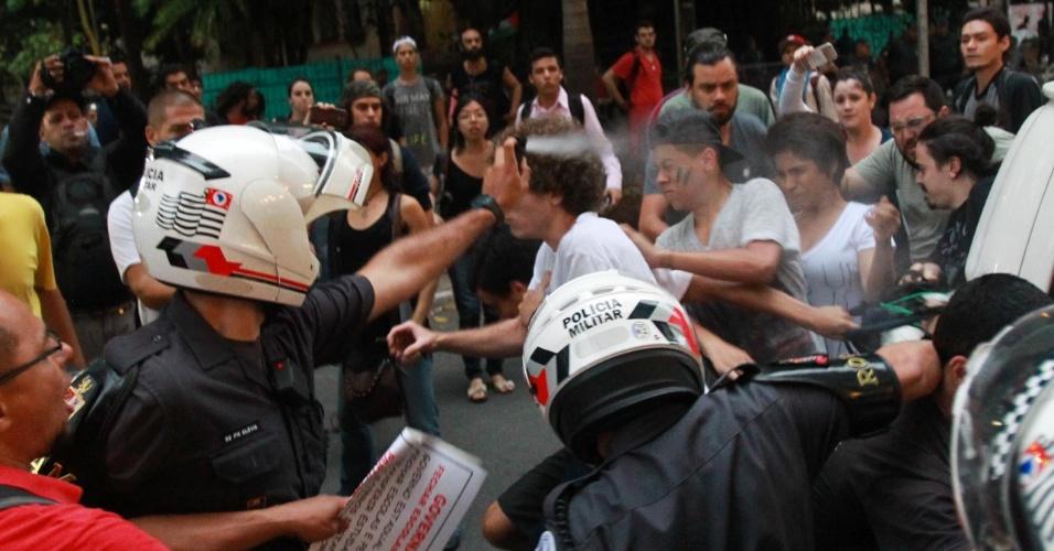 12.nov.2015 - PM usa gás de pimenta contra estudantes na escola Fernão Dias, na zona oeste de São Paulo. Alunos seguem acampados dentro da escola em protesto à reorganização da rede estadual pública de ensino