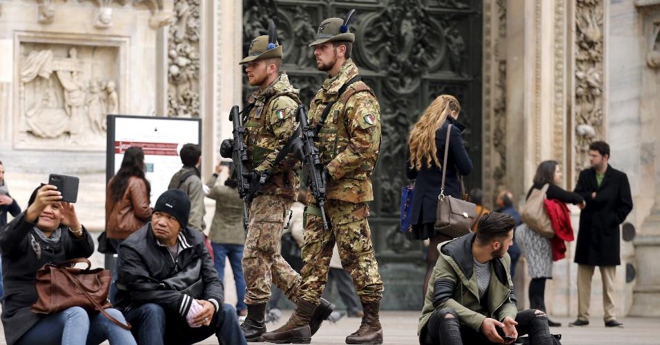 20.nov.2015 - O regimento alpino do Exército italiano realiza patrulha em frente a catedral de Milão, no norte da Itália, nesta sexta (20). As polícias da Itália e da Suécia estão à procura de suspeitos de serem militantes de grupos terroristas e aumentaram a segurança ao redor de prédios públicos após receberem avisos de que ataques poderiam ser planejados nos dois países após os atentados terroristas em Paris, em 13 de novembro