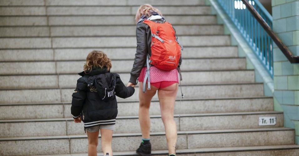 """10.jan.2016 - Em Berlim, capital da Alemanha, até uma criança participou da brincadeira """"Sem calças no metrô"""" neste domingo (10)"""