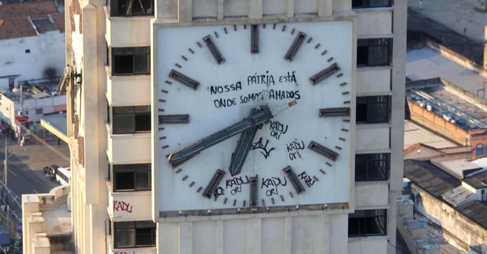 """4.fev.2016 - Relógio da torre da Central do Brasil, no centro do Rio de Janeiro (RJ), recebe pichações. Em uma delas, está a frase """"Nossa pátria está onde somos amados"""""""