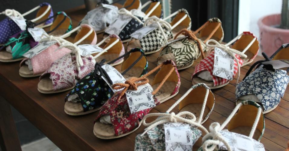 Sapatos veganos da Insecta Shoes, feitos com tecidos reaproveitados de roupas de brechó