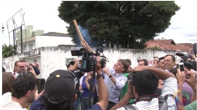 4.mar.2016 - Bolsonaro solta fogos na Polícia Federal para comemorar investigação de Lula