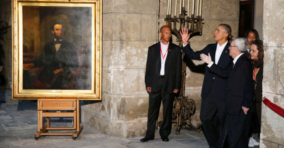 20.mar.2016 - Presidente Barack Obama observa um retrato do ex-presidente dos EUA Abraham Lincoln em passeio por Havana Velha. Esta é a primeira visita de um presidente americano ao país em 88 anos