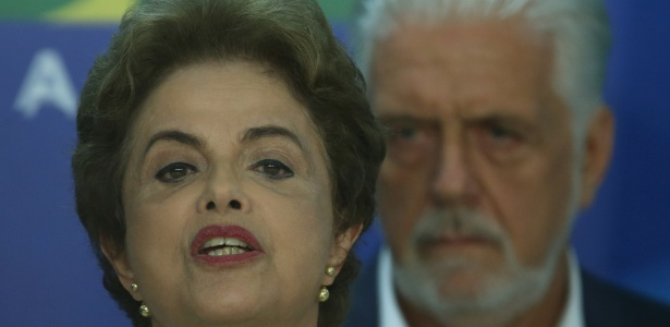 A presidente Dilma Rousseff discursa com Jaques Wagner ao fundo