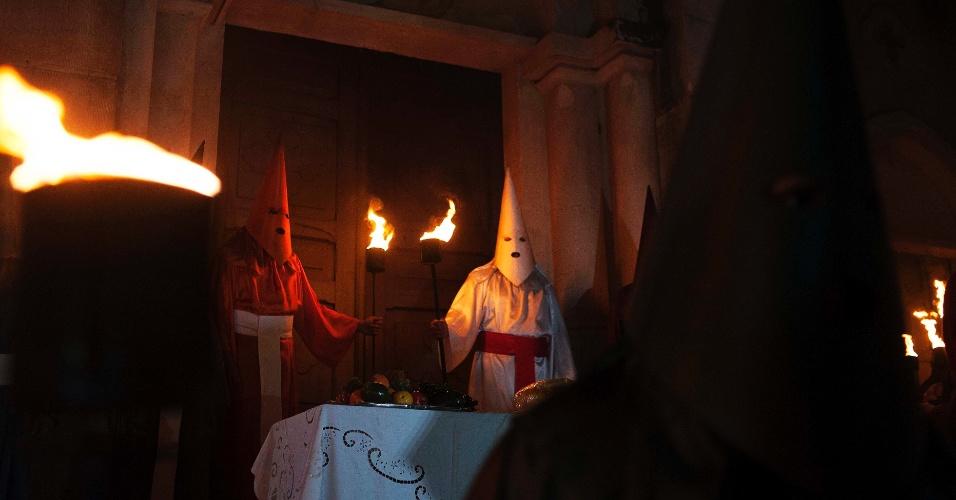 23.mar.2016 - Ao final da procissão do Fogaréu de Goiás, o líder dos farricocos encontra a mesa da última ceia vazia