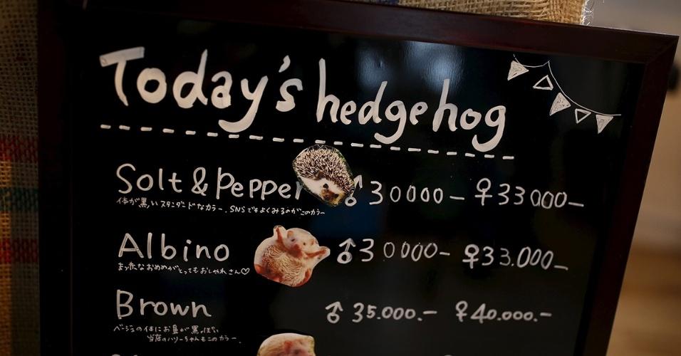 A capital japonesa ganhou um café temático dedicado aos ouriços. Os clientes do Harry Hedgehog Café podem brincar com 20 a 30 ouriços de diferentes raças e observá-los cochilando nos tanques de vidro. O local fica no distrito de Roppongi. O nome do café Harry faz alusão à palavra japonesa para o ouriço, harinezumi. O cardápio mostra o preço do café e da brincadeira
