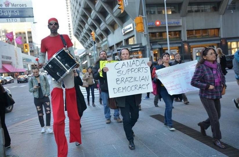 16.abr.2016 - Manifestantes protestam contra o processo de impeachment da presidente Dilma Rousseff no Canadá