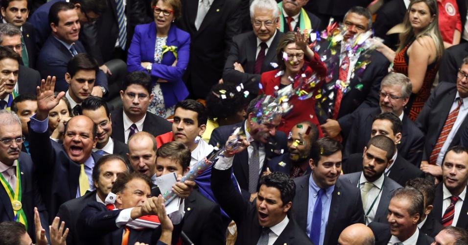 17.abr.2016 - Deputado Wladimir Costa (SD-PA) solta confetes logo após votar pela continuação do processo de impeachment da presidente Dilma Rousseff na Câmara dos Deputados