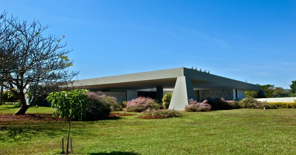Em memorial descritivo, Oscar Niemeyer, autor do projeto, explica que decidiu misturar características das antigas casas de fazenda com a moderna técnica de concreto armado, dentro da concepção urbanística proposta pelo arquiteto Lúcio Costa para Brasília