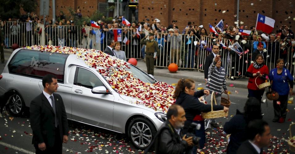 22.abr.2016 - Chilenos acompanham o cortejo que leva o corpo do ex-presidente Patrício Aylwin em direção ao cemitério de Santiago, no Chile. Aylwin governou Chile entre 1990 e 1994, sendo responsável pela transição democrática após a ditadura milita de Augusto Pinochet. Ele morreu aos 97 anos