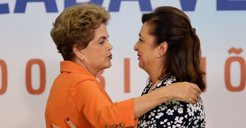 4.mai.2016 - A presidente Dilma Rousseff abraça a ministra da Agricultura, Pecuária e Abastecimento, Kátia Abreu, após cerimônia de lançamento do Plano Safra 2016/2017