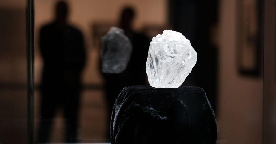 4.mai.2016 - O maior diamante bruto do mundo é exposto em casa de leilões em Nova York. A pedra de 1.109 quilates foi encontrada em Botsuana, na África, e será leiloada em junho em Londres. Acredita-se que o diamante tenha entre 2,5 e 3 bilhões de anos. O valor estimado da peça é de mais de 70 milhões de dólares