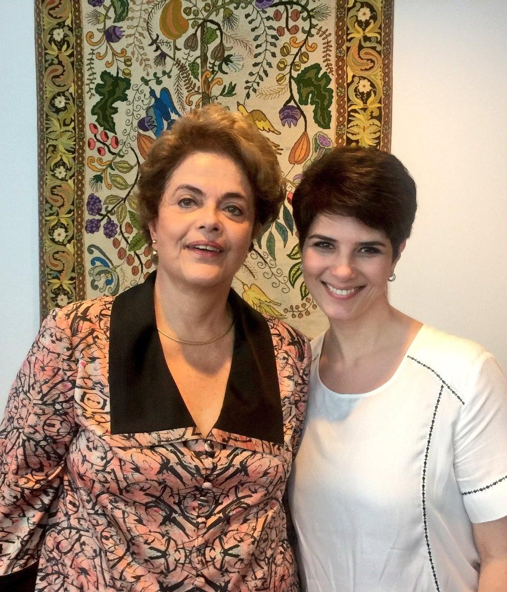 9.jun.2016 - A presidente afastada, Dilma Rousseff, concede entrevista à jornalista Mariana Godoy, que será transmitida pela Rede TV na sexta-feira (10). Segundo a jornalista, que postou a foto em sua página no Twitter, Dilma foi quem fez seu penteado e sua maquiagem para a entrevista