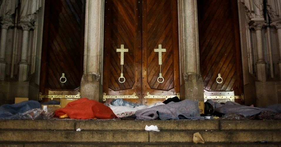 13.jun.2016 - Moradores de rua se protegem do frio intenso da madrugada nas escadarias da catedral da Sé, em São Paulo. A cidade registrou, em média, 3,6°C, a menor temperatura mínima do ano, segundo informações do CGE (Centro de Gerenciamento de Emergências), da prefeitura