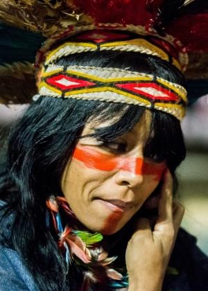 Mulher pinta o rosto para participar de ato no vão livre do Masp, na avenida Paulista, em São Paulo, em junho, contra a morte de índios guarani-kaiowá - Dario Oliveira/ Código 19/ Estadão Conteúdo