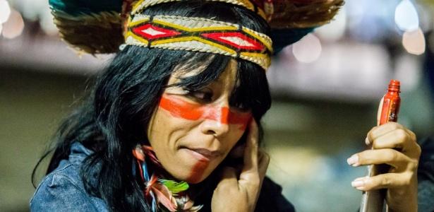 Mulher pinta o rosto para participar de ato no vão livre do Masp, em São Paulo