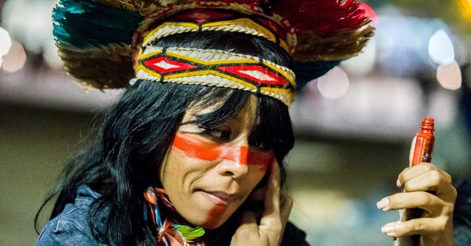 24.jun.2016 - Mulher pinta o rosto para participar de ato no vão livre do Masp, na avenida Paulista, em São Paulo. Indígenas de diversas etnias protestam contra a morte de índios guarani-kaiowá em ataque de fazendeiros no Mato Grosso do Sul