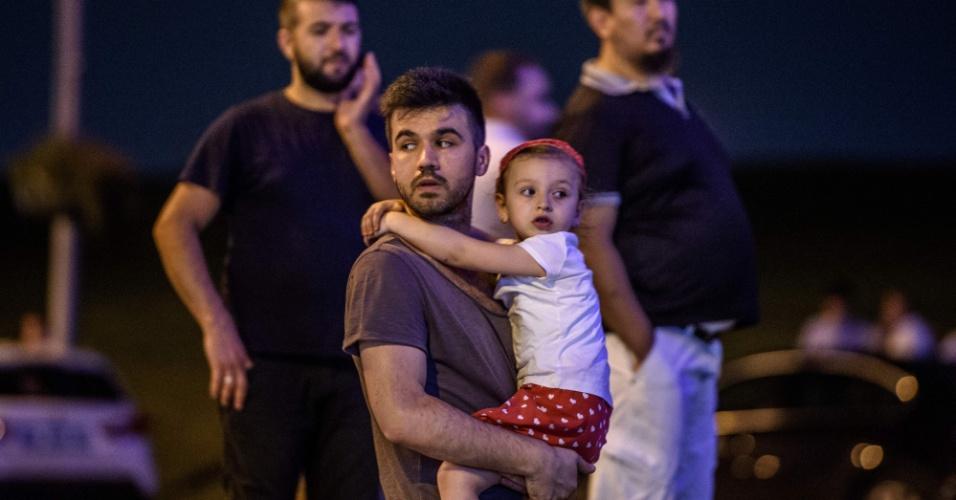 28.jun.2016 - Homem carrega filha do lado de fora do aeroporto de Ataturk, em Istambul, na Turquia, após homens dispararem fuzis e depois se explodirem no local, matando dezenas de pessoas morreram e ferindo centenas