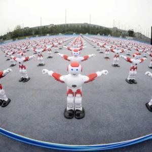 Robôs inteligentes dançam durante o Festival Internacional da Cerveja de Qingdao, na China