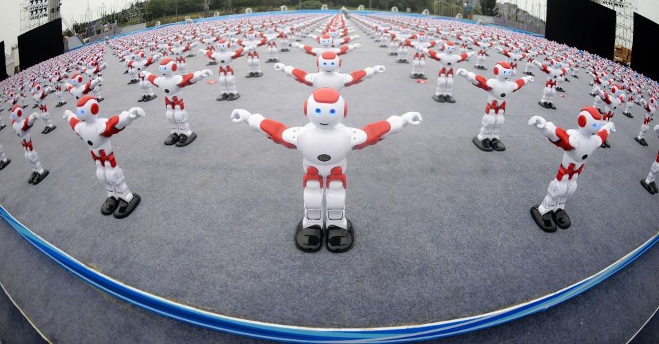 30.jul.2016 - Robôs inteligentes dançam durante o Festival Internacional da Cerveja de Qingdao, na província de Shandong, no oeste da China. Um total de 1.007 robôs dançaram juntos por mais de um minuto, establecendo um novo recorde mundial