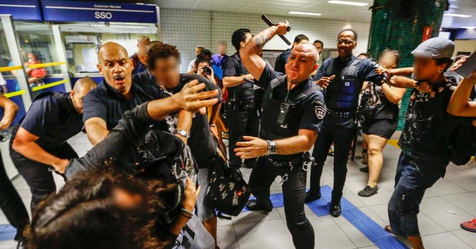 18.out.2016 - Estudantes participaram de um novo protesto contra a reforma do ensino médio em São Paulo. O ato foi organizado pelo movimento Secundaristas em Luta. Na região central da cidade, um grupo de manifestantes tentou pular a catraca da estação República do metrô e seguranças e a PM tentaram barrar. Após a confusão, um manifestante foi detido pelos policiais militares