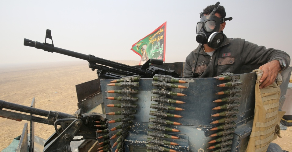 25.out.2016 - Soldado iraquiano se posicionada em tanque de guerra em área de al-Shura, ao sul de Mossul. O Exército do Iraque tenta retomar a cidade das mãos do Estado Islâmico com ajuda de bombardeios e suporte de missão liderada pelos EUA, mas sofre resistência dos terroristas