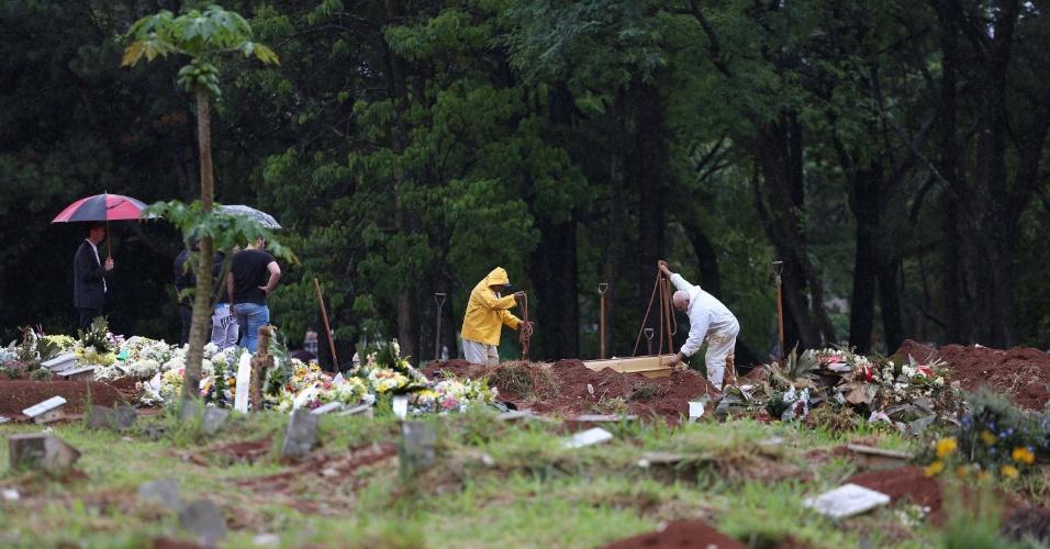 13.nov.2016 - O corpo de Jones Ferreira Januário, de 30 anos, é enterrado na tarde deste domingo (13) no cemitério da Vila Formosa, na zona Leste de São Paulo (SP). Jones foi vítima de uma chacina e seu corpo foi encontrado em uma mata fechada em Mogi das Cruzes, no domingo passado (6). Jones foi a última vítima a ser identificada pelos peritos do IML (Instituto Médico Legal) na sexta-feira (4) passada