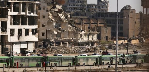 Ônibus aguardam para iniciar a retirada de pessoas de áreas rebeldes de Aleppo