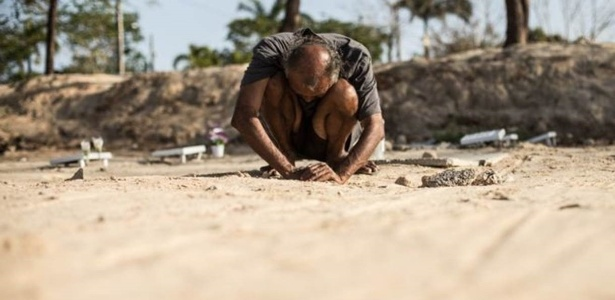 Cláudio Oliveira diante de cova de ex-mulher em Fortaleza: corrida contra o tempo pelo direito de reconhecer e sepultar o corpo