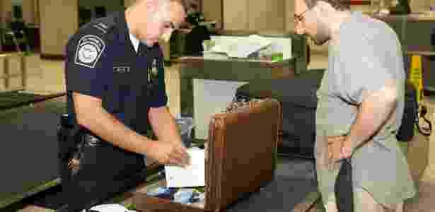 Funcionário da imigração dos EUA inspeciona bagagem de passageiro - James Tourtellotte/ Flickr U.S. Customs and Border Protection Follow - James Tourtellotte/ Flickr U.S. Customs and Border Protection Follow