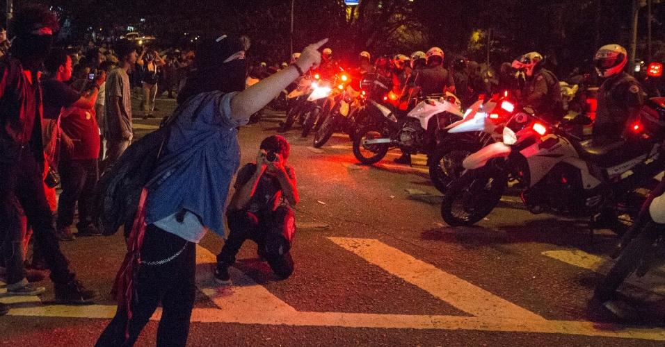 15.mar.2017 - Estudantes bloqueiam Av. 9 de Julho e entram em confronto com a polícia