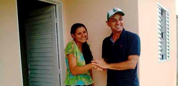 Edilson Leite entrega uma das 31 casas doadas por ele a pessoas carentes