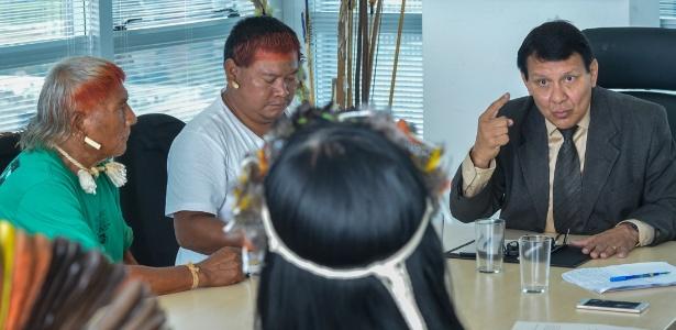 O então diretor de Promoção ao Desenvolvimento Sustentável da Funai, Franklimberg Ribeiro de Freitas, se reúne com lideranças indígenas em março deste ano