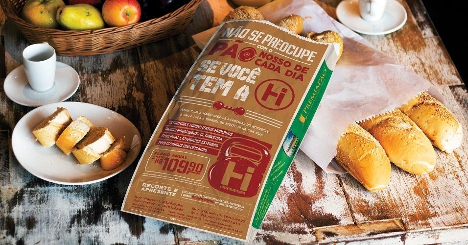 A franquia PremiaPão, de Recife (PE), faz publicidade em saco de pão