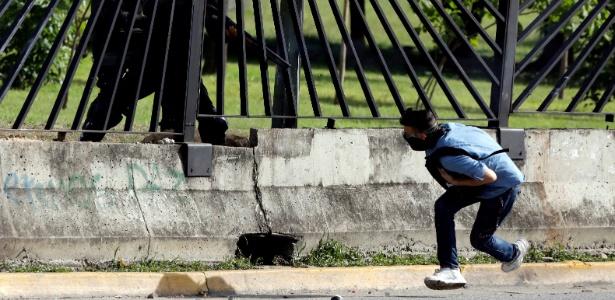 Momento em que militar venezuelano dispara contra David Vallenilla, 22, durante protesto na Venezuela; o jovem morreu mais tarde