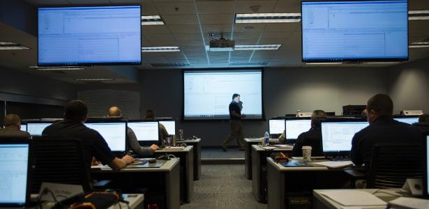 Terrance Maguire ensina técnicas de recuperação de evidências básicas em computador para uma turma em Hoover, Alabama