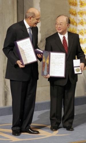 2005 - Mohamed ElBaradei (Egito) - Diretor da AEIA, agência nuclear da ONU, o egípcio foi premiado pelos seus esforços em combater o uso militar da energia nuclear e assegurar que sua utilização com fins pacíficos seja a mais segura possível