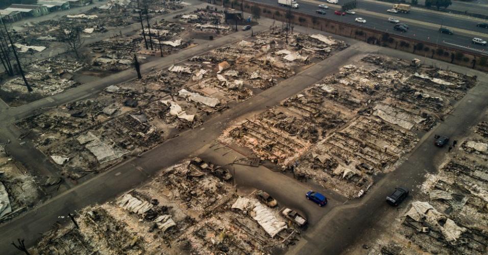 Foto aérea mostra casas queimadas após incêndio atingir Santa Rosa, no norte da Califórnia