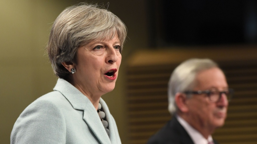 Primeira-ministra britânica, Theresa May, em coletiva de imprensa ao lado do presidente da Comissão Europeia - Emmanuel Dunand/AFP Photo