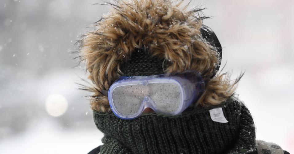 4.jan.2018 - Toda coberta para enfrentar o frio rigoroso, mulher circula por rua do bairro do Brooklyn, em Nova York