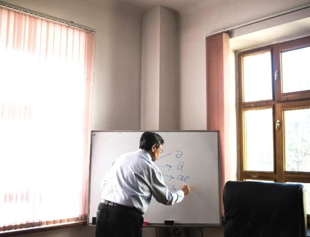 Erden Kazhybek, chefe do Instituto de Linguística, ilustra diferentes grafias de um som em cazaque