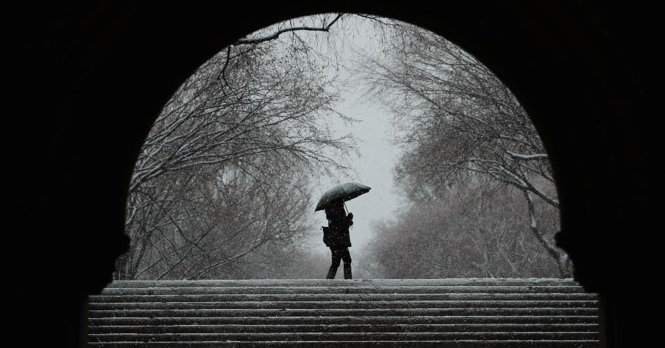 7.mar.2018 - Pedestre caminha no Central Park durante nevasca em Nova York, EUA
