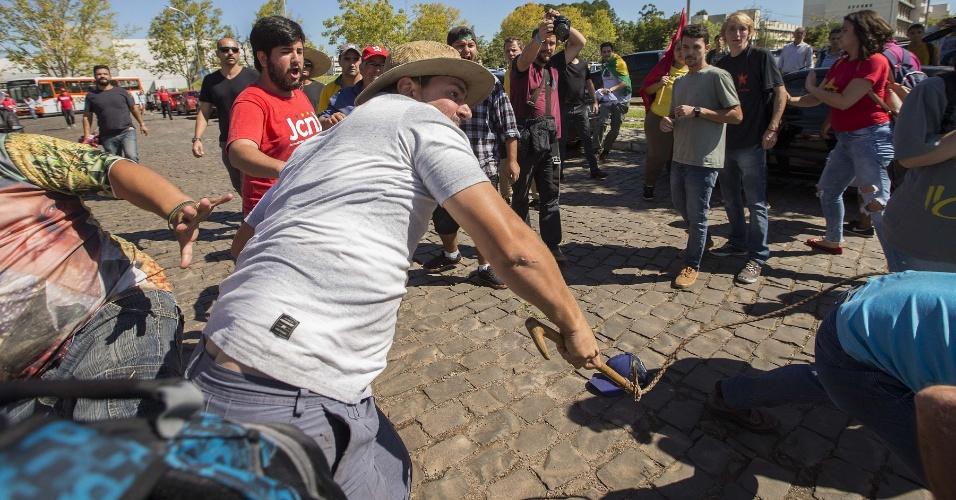 20.mar.2018 - Do lado de fora da UFSM (Universidade Federal de Santa Maria), no RS, militantes do PT, estudantes e bolsonaristas se enfrentavam, inclusive com uso de chicote