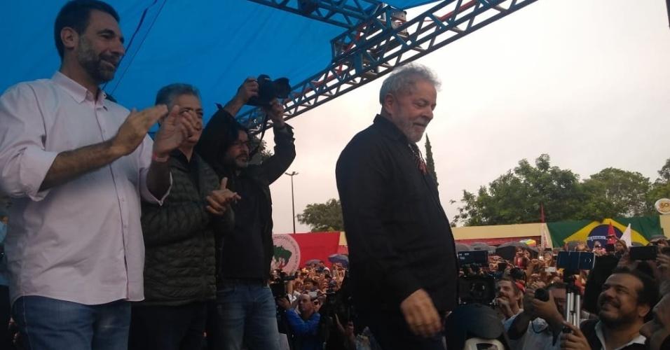 27.mar.2018 - Ex-presidente Luiz Inácio Lula da Silva chega a palanque em Quedas do Iguaçu (PR)