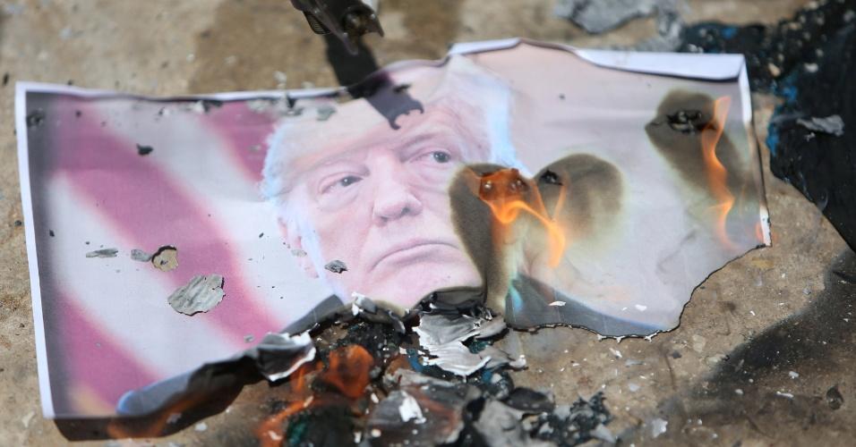 14.mai.2018 - Imagem do presidente Donald Trump é queimada em protesto no campo de refugiados de Ain el-Hilweh, próximo a Sidon, ao sul do Líbano