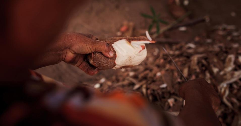 Hildete de Lira Borges, 58, descasca a mandioca como parte do processo para fazer a farinha. Além do consumo próprio, a venda da farinha é uma fonte de renda para as famílias da região
