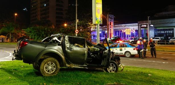 Motorista fura blitz da Lei Seca no bairro de São Conrado, zona sul do Rio de Janeiro, atropela um policial militar, bate em outro veículo e capota