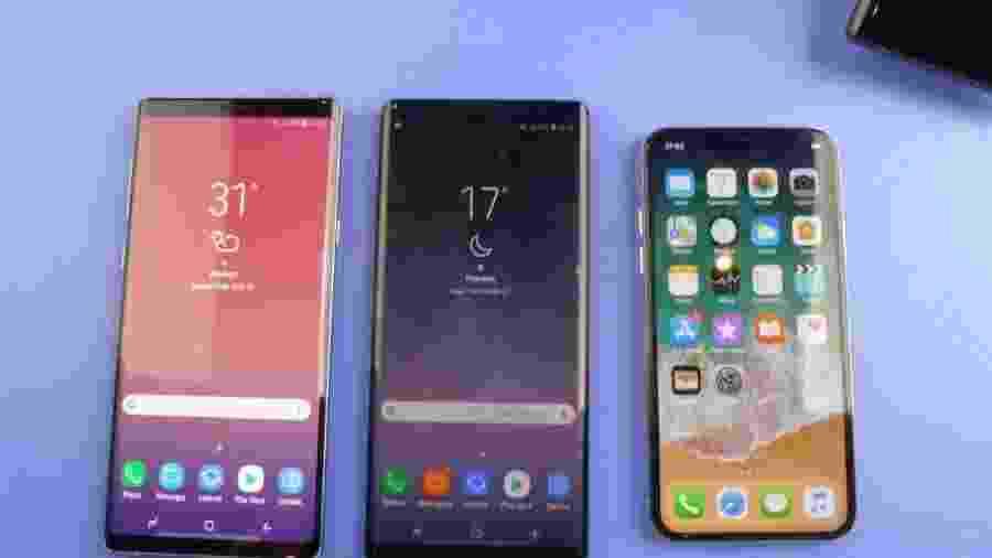 Galaxy Note 9 (à esquerda), o Galaxy Note 8 (centro) e iPhone X (à direita) - Lilian Ferreira/UOL