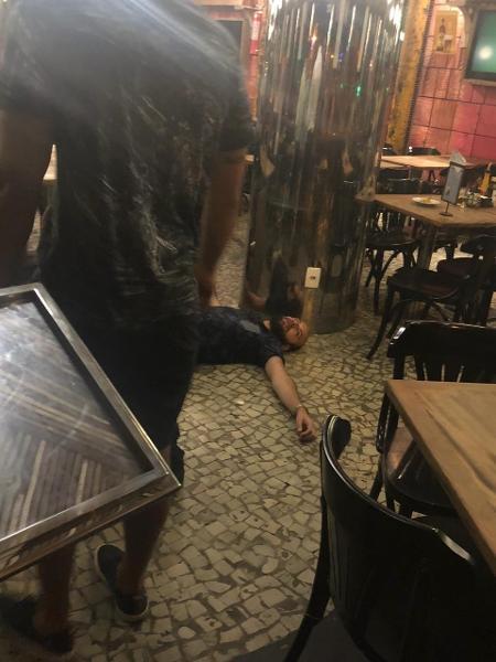 Ricardo Elias Mota de Oliveira fica desacordado em bar após ser acusado de tentativa de estupro - Reprodução/WhatsApp
