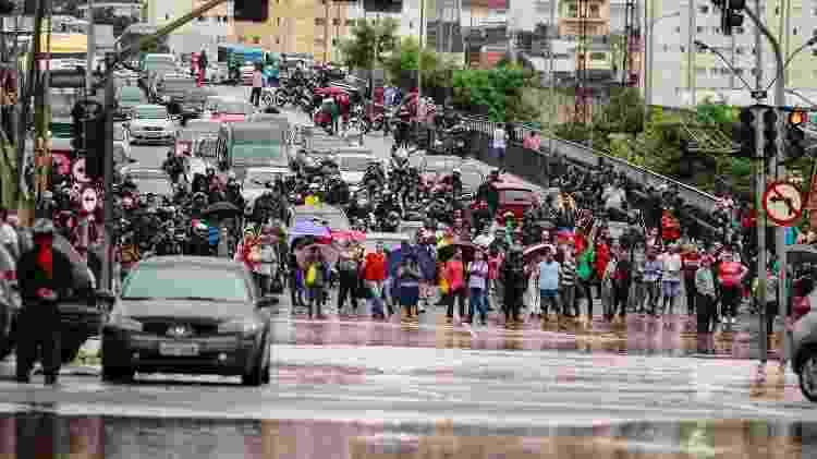 Motoristas e pedestres observam o alagamento no bairro do Ipiranga, zona sul de São Paulo - Marcelo Gonçalves/SigmaPress/Estadão Conteúdo - Marcelo Gonçalves/SigmaPress/Estadão Conteúdo